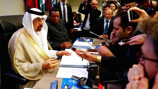 OPEC và Nga đạt được thỏa thuận giảm cung dầu