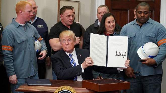 Trump miễn trừ thuế cho Canada và Mexico, chống lại cảnh báo về chiến tranh thương mại