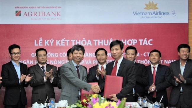 Vietnam Airlines ký kết hợp tác với Agribank phục vụ hành khách