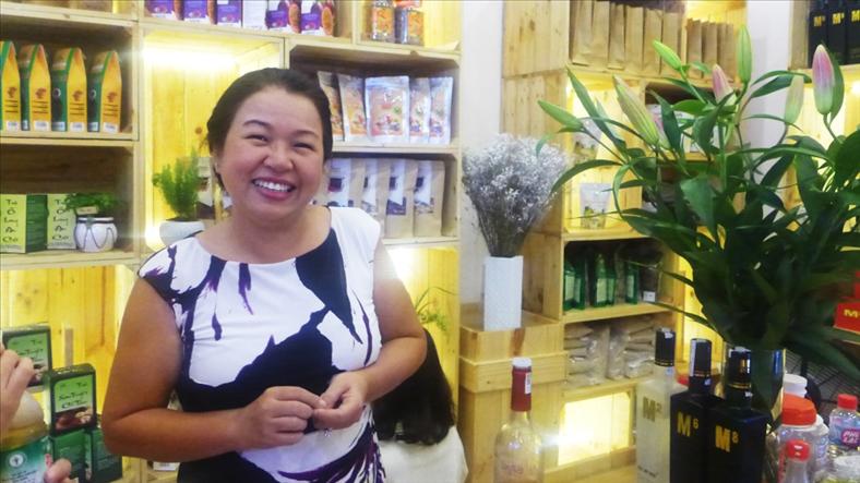 """Chủ tịch Happy Mart Trần Cẩm Nhung và mô hình cửa hàng """"Vì hàng Việt"""""""