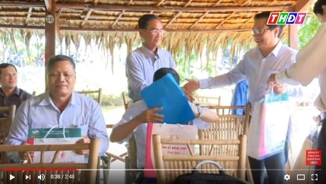 Bí thư Đồng Tháp tặng smartphone cho các 'thủ lĩnh nông dân'