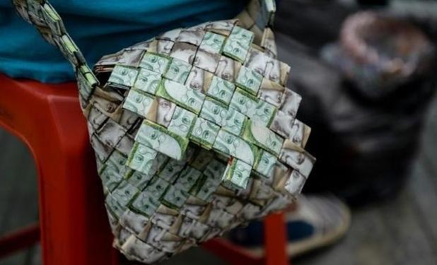 Mất giá thê thảm, tiền biến thành 'nghệ thuật' tại Venezuela
