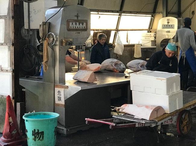 Nhộn nhịp phiên chợ đấu giá cá ngừ lớn nhất thế giới 6