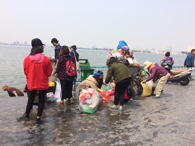 """Người nước ngoài kêu gọi """"đừng để Táo quân mang rác về chầu"""" 2"""