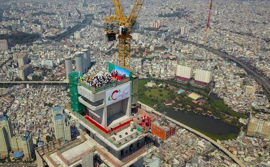 Cất nóc toà nhà cao nhất Việt Nam