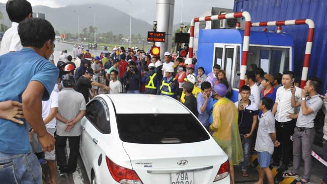 VIDEO: Ùn tắc tại Trạm thu phí Ninh An, Khánh Hòa do tài xế đòi thối lại 100 đồng