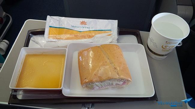 Siêu lợi nhuận của công ty sản xuất chiếc bánh mì huyền thoại trên các chuyến bay Vietnam Airlines