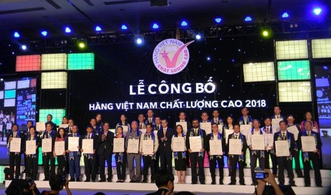 Các doanh nghiệp tưng bừng đón nhận danh hiệu Hàng Việt Nam chất lượng cao 2018