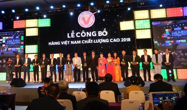 Các doanh nghiệp tưng bừng đón nhận danh hiệu Hàng Việt Nam chất lượng cao 2018 2