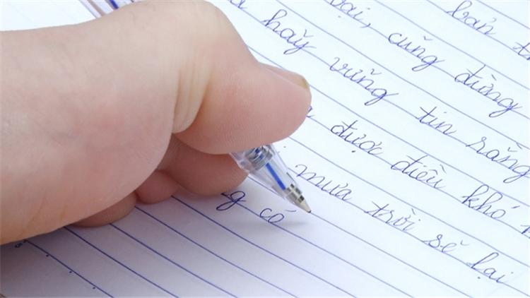 Không có hai tay, cô giáo khổ luyện viết chữ bằng đôi chân