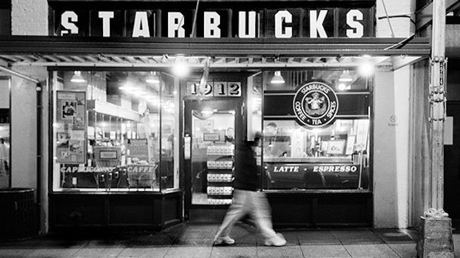 Starbucks đã chuyển trọng tâm kinh doanh từ máy pha cà phê và hạt cà phê sang mở quán cà phê.