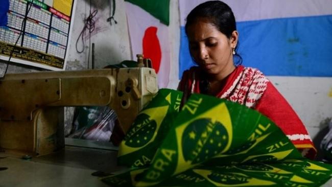 Người làm cờ ở Bangladesh và những đêm không ngủ trước World Cup