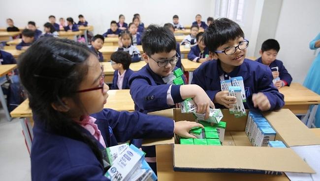 """Nhiều lợi ích không ngờ, phụ huynh Hà Nội """"ngất ngây"""" với Sữa học đường"""