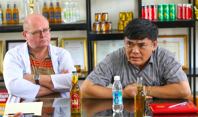 Ông chủ khách sạn dát vàng sản xuất bia vẩy vàng