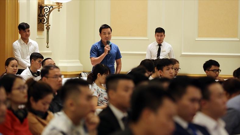 Nhà đầu tư đặt câu hỏi với diễn giả