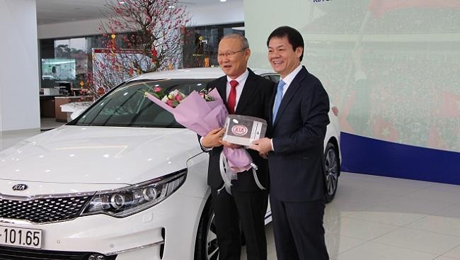 Thaco thực hiện lời hứa tặng xe cho HLV Park Hang Seo