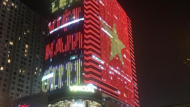 Quốc kỳ bằng đèn LED khổng lồ cổ vũ đội tuyển Việt Nam