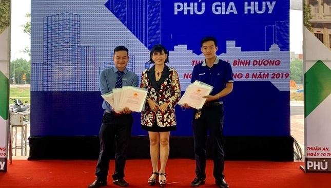 Phú Hồng Thịnh bàn giao 329 sổ đỏ cho khách hàng dự án Phú Gia Huy