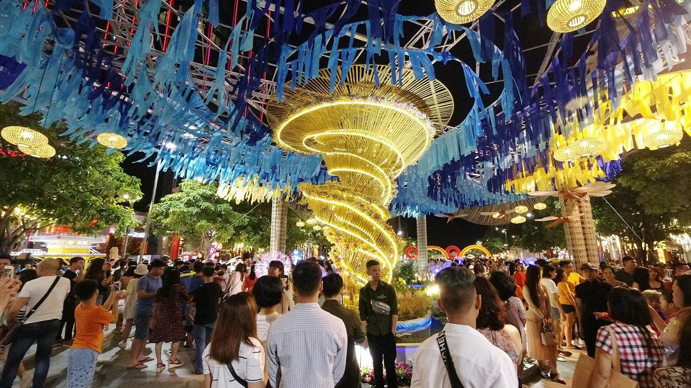 Đường hoa Nguyễn Huệ, điểm hút khách du lịch dịp tết nguyên đán 1