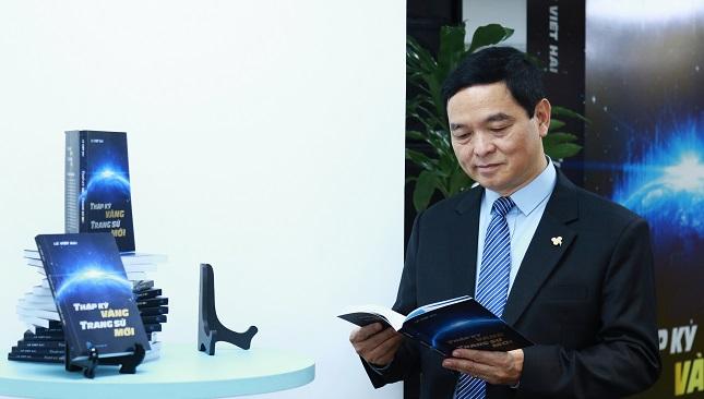 """Chủ tịch Hòa Bình ra mắt sách """"Thập kỷ vàng – Trang sử mới"""""""