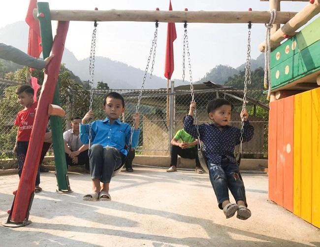 Mang sân chơi về cho trẻ em nghèo vùng sâu 8