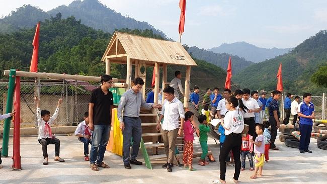 Mang sân chơi về cho trẻ em nghèo vùng sâu 2