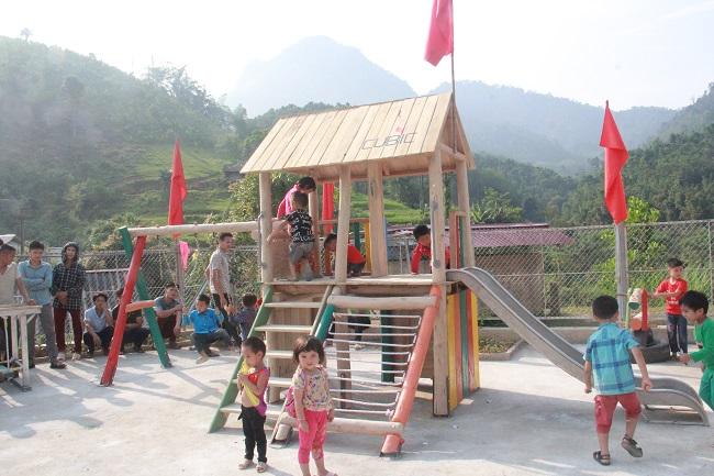 Mang sân chơi về cho trẻ em nghèo vùng sâu 6