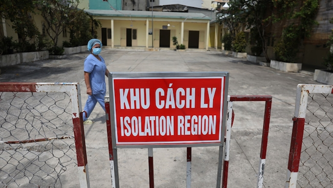 Việt Nam với Covid-19: Chống dịch kiểu 'con nhà nghèo'