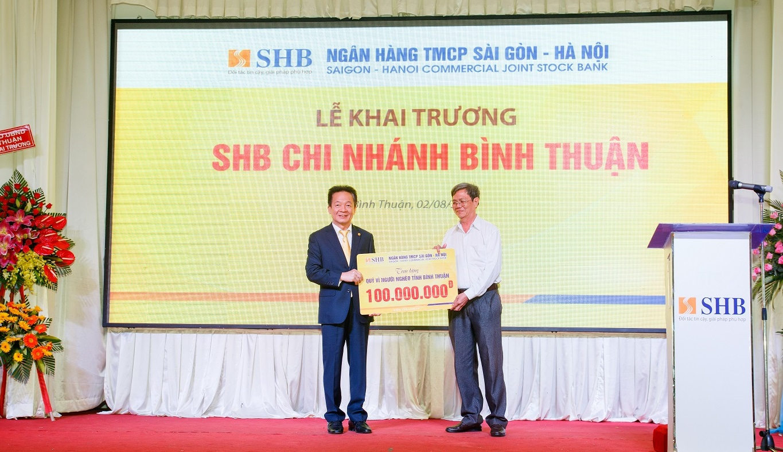 Chủ tịch HĐQT Đỗ Quang Hiển, đại diện ngân hàng SHB trao tặng 100 triệu đồng ủng hộ Quỹ vì người nghèo tỉnh Bình Thuận.