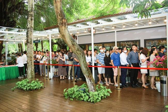 Khách xếp hàng cả cây số để xem nhà mẫu và mua nhà tại Ecopark 9