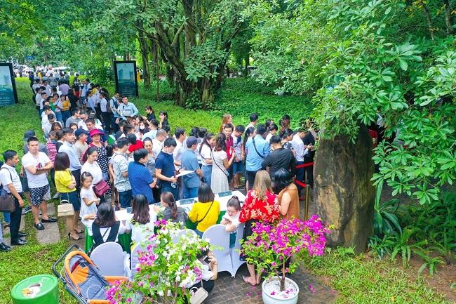 Khách xếp hàng cả cây số để xem nhà mẫu và mua nhà tại Ecopark 1