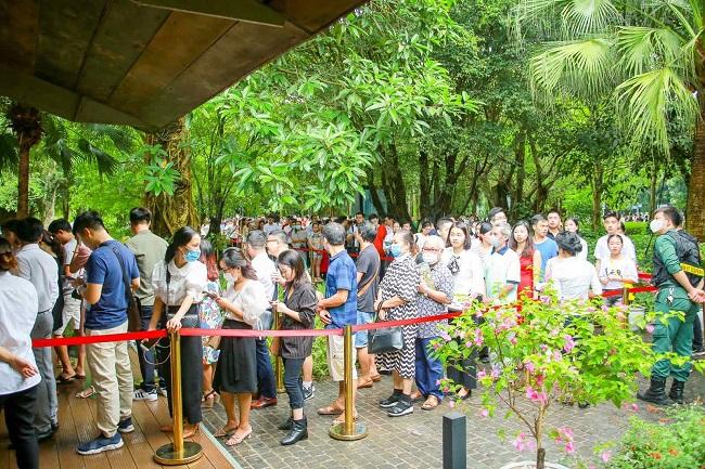 Khách xếp hàng cả cây số để xem nhà mẫu và mua nhà tại Ecopark 2