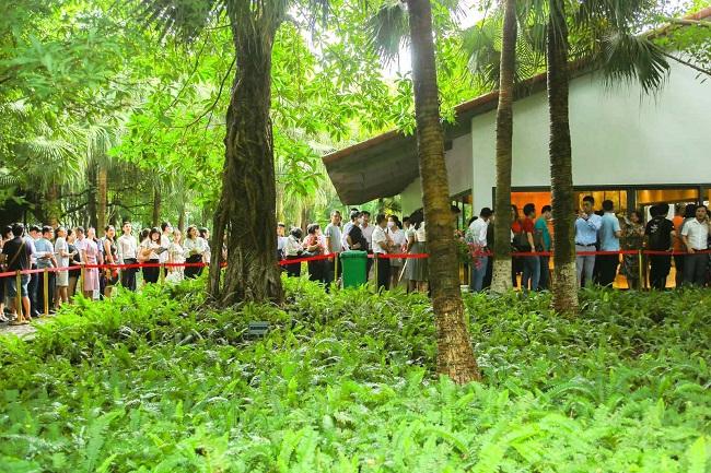 Khách xếp hàng cả cây số để xem nhà mẫu và mua nhà tại Ecopark 6
