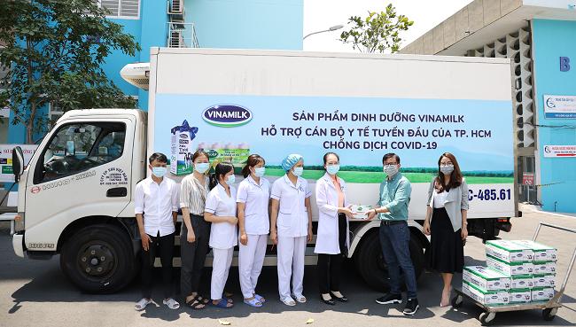 Vinamilk ủng hộ 8 tỷ đồng cho Hà Nội và 3 tỉnh miền Trung chống dịch Covid-19 1