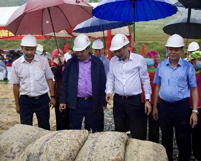 T&T Group tặng 2.000 tấn xi măng hỗ trợ Sa Pa cứng hóa nền nhà và làm đường