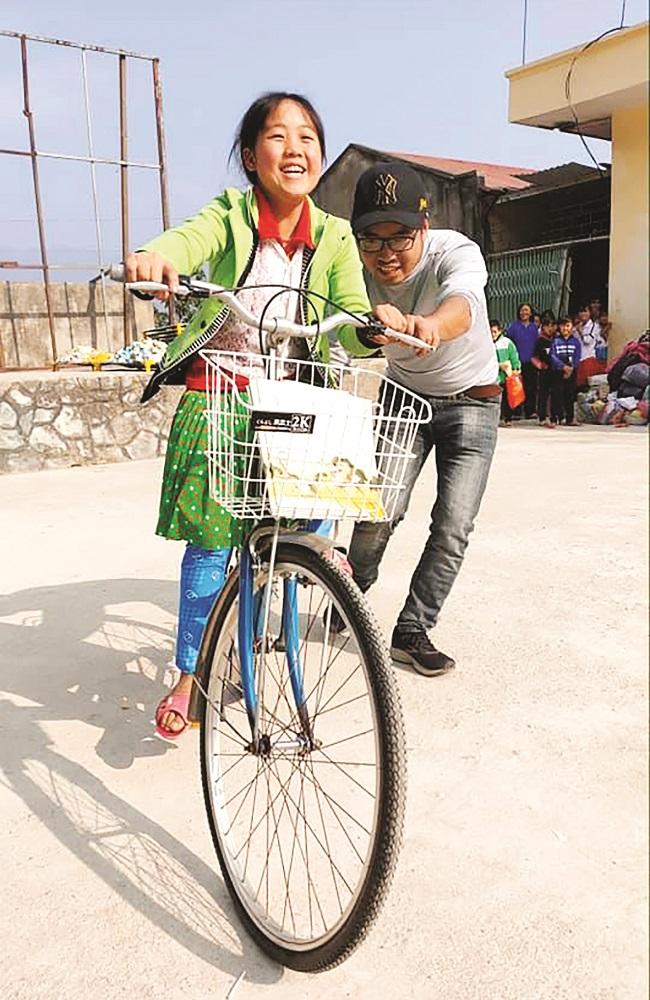 Hồi sinh những chiếc xe đạp cũ tặng học sinh vùng cao