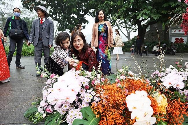 Hơn 100 Cột đèn 'nở hoa' giữa trung tâm Hà Nội 1