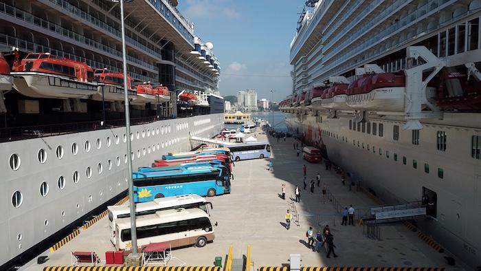 Hạ Long cùng lúc đón hai tàu khách du lịch quốc tế 5 sao 3