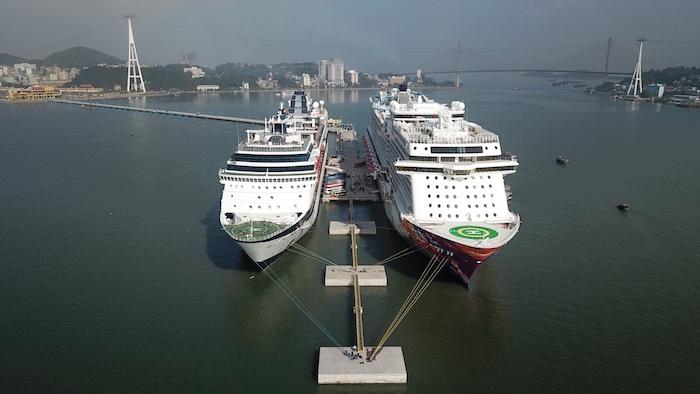 Hạ Long cùng lúc đón hai tàu khách du lịch quốc tế 5 sao 1