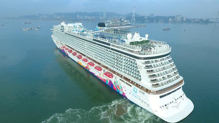 Hạ Long cùng lúc đón hai tàu khách du lịch quốc tế 5 sao 4
