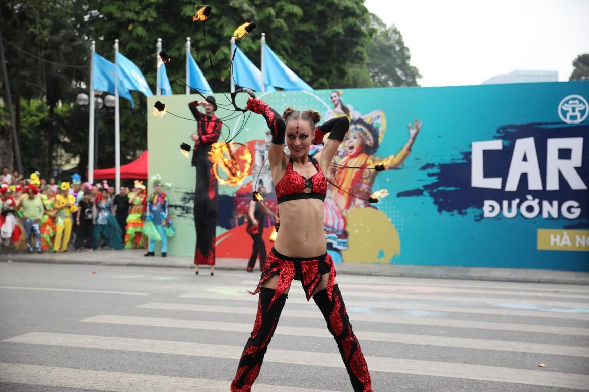 Đoàn Carnival Sun World khuấy động phố đi bộ Hà Nội 5