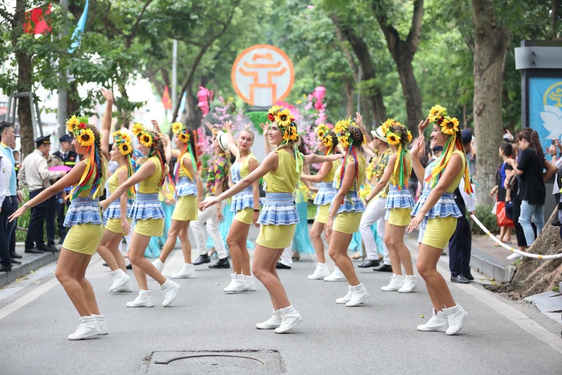 Đoàn Carnival Sun World khuấy động phố đi bộ Hà Nội