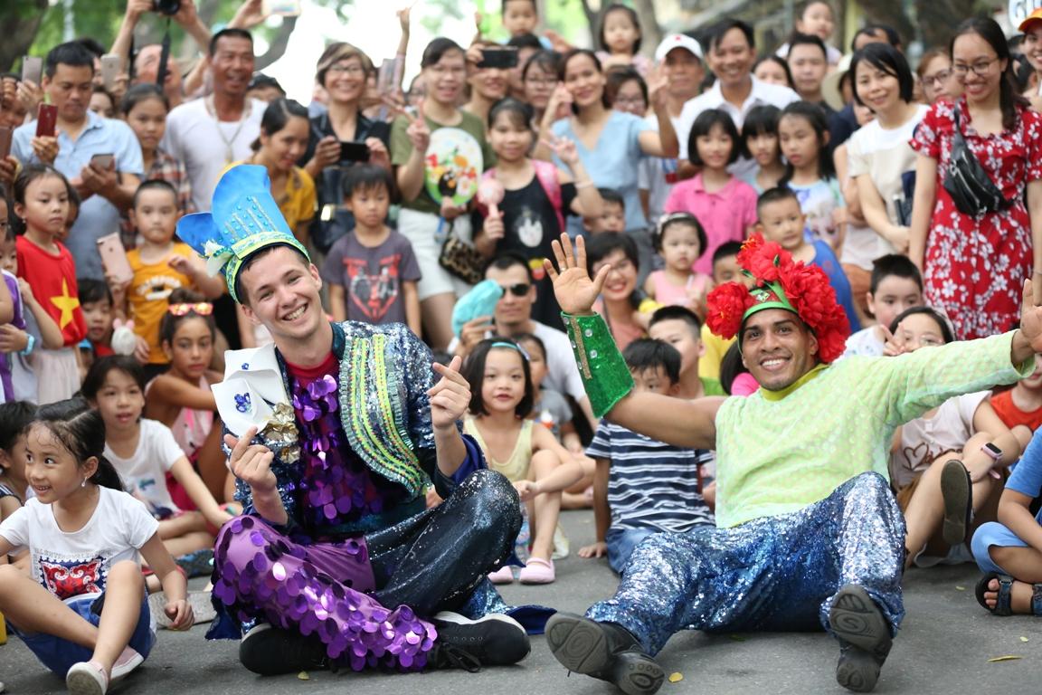 Đoàn Carnival Sun World khuấy động phố đi bộ Hà Nội 7
