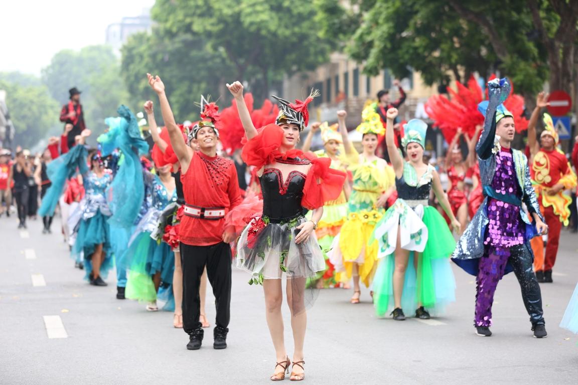 Đoàn Carnival Sun World khuấy động phố đi bộ Hà Nội 1
