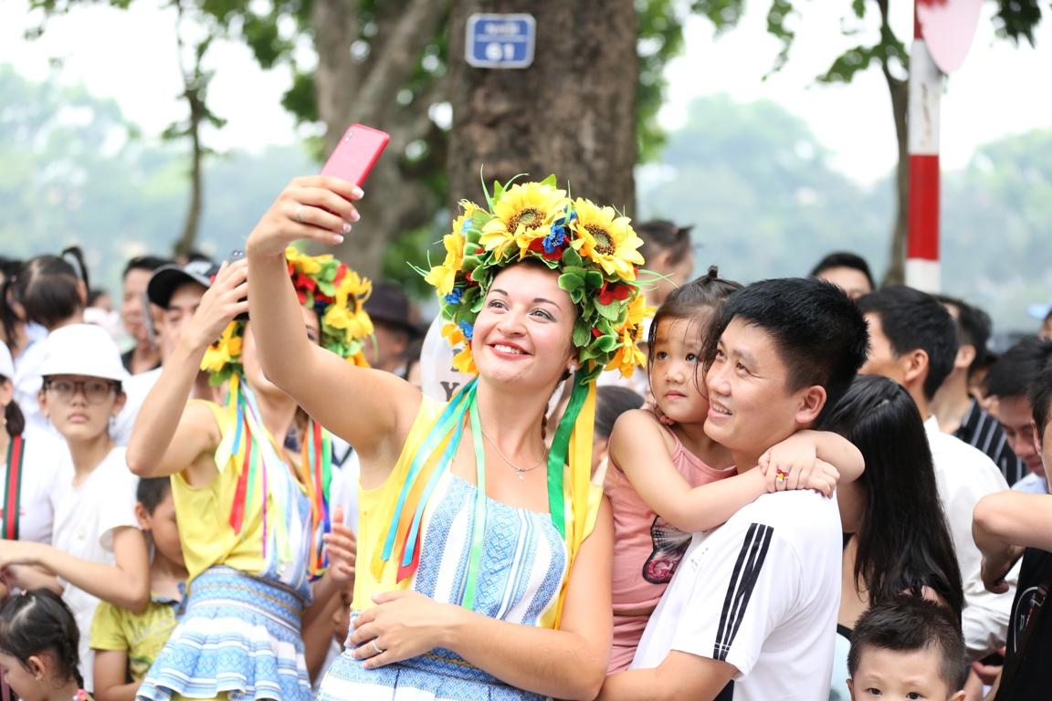 Đoàn Carnival Sun World khuấy động phố đi bộ Hà Nội 6