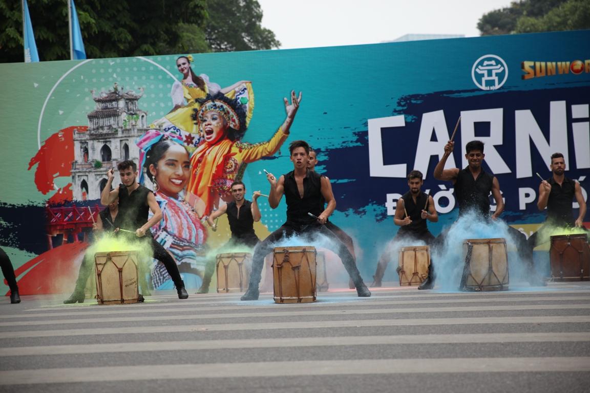 Đoàn Carnival Sun World khuấy động phố đi bộ Hà Nội 4