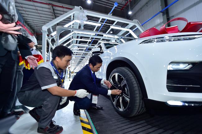 Doanh nhân đầu tiên nhận xe tại nhà máy ô tô VinFast 1
