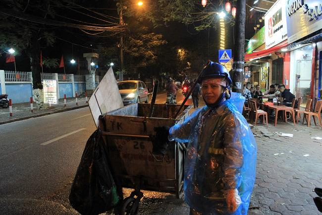 Những người đón tết trên đường phố