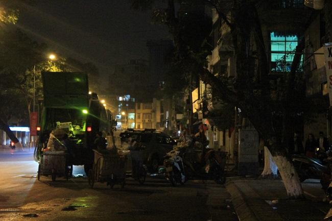 Những người đón tết trên đường phố 1