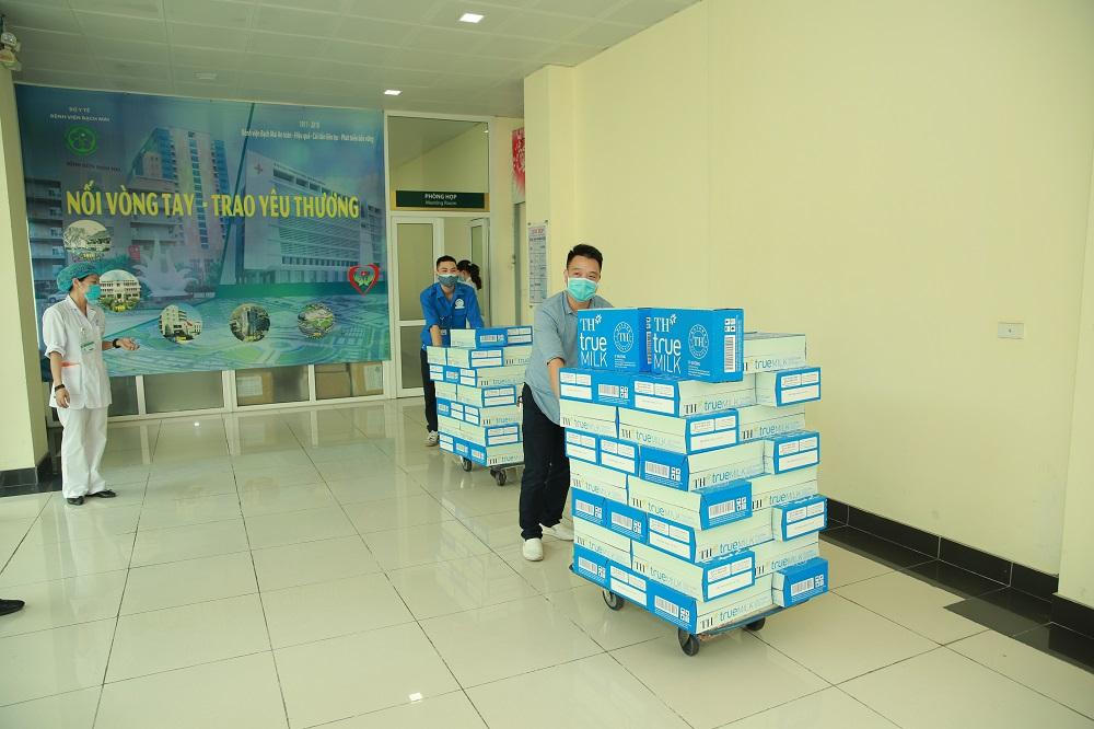 Tập đoàn TH trao tặng Hà Nam, Vĩnh Phúc hơn 145.000 sản phẩm đồ uống tốt cho sức khỏe, chung tay chống dịch COVID-19 1